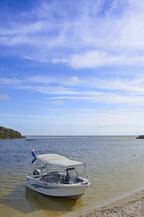オーストラリア・西オーストラリア州にある澄んだ海面のギルダートンビーチとムーア川の交わる所に停泊している小舟の写真素材 [FYI04295212]
