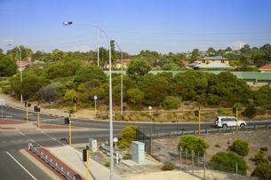 オーストラリア・パースシテイの信号機と交通標識のある交差点の光景の写真素材 [FYI04295221]