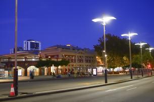 オーストラリア・パースシテイの街灯柱が並ぶ夕方の光景の写真素材 [FYI04295223]