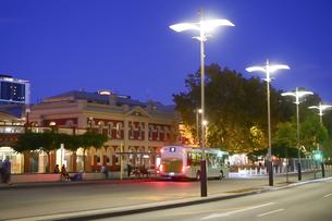 オーストラリア・パースシティの街灯が並ぶ夕方の光景の写真素材 [FYI04295224]