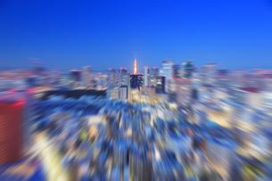 黎明の明石町から望む西南西方向のビル群と東京タワーのズームの写真素材 [FYI04295472]
