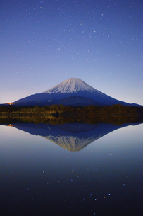 精進湖と富士山と星空の水鏡の写真素材 [FYI04295543]
