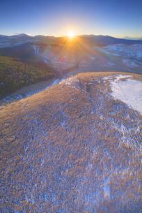 冬の霧ヶ峰高原から望む富士山と八ヶ岳と朝日の写真素材 [FYI04295582]