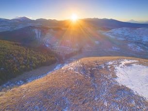 冬の霧ヶ峰高原から望む富士山と八ヶ岳と朝日の写真素材 [FYI04295583]