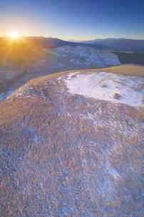 冬の霧ヶ峰高原から望む富士山と八ヶ岳と南アルプスと朝日の写真素材 [FYI04295584]