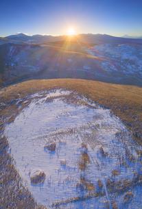 冬の霧ヶ峰高原から望む富士山と八ヶ岳と朝日の写真素材 [FYI04295586]