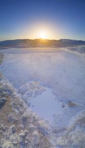 冬の八島ヶ池と蓼科山から昇る朝日の写真素材 [FYI04295606]