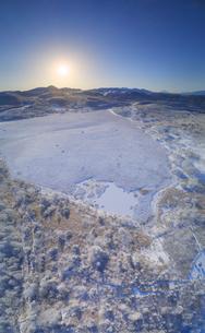 冬の八島ヶ原湿原と富士山と八ヶ岳と朝日の写真素材 [FYI04295613]