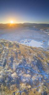 霧氷の八島ヶ原湿原と蓼科山から昇る朝日の写真素材 [FYI04295620]
