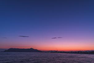 夕空の下の函館の写真素材 [FYI04295632]
