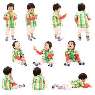 人物切り抜き添景素材 赤ちゃん乳児男の子 歩く座る遊ぶ 白バックの写真素材 [FYI04295713]