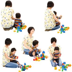 人物切り抜き添景素材 女性母親親子赤ちゃん乳児男の子 座る遊ぶ 白バックの写真素材 [FYI04295717]