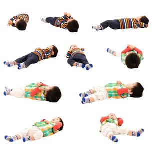 人物切り抜き添景素材 赤ちゃん乳児男の子 寝る 白バックの写真素材 [FYI04295719]