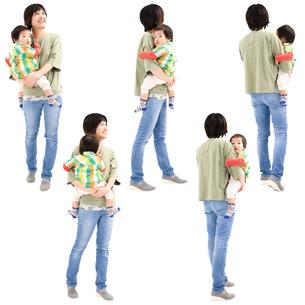 人物切り抜き添景素材 女性母親親子赤ちゃん乳児男の子 歩く 白バックの写真素材 [FYI04295721]