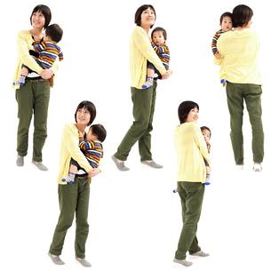 人物切り抜き添景素材 女性母親親子赤ちゃん乳児男の子 歩く 白バックの写真素材 [FYI04295723]