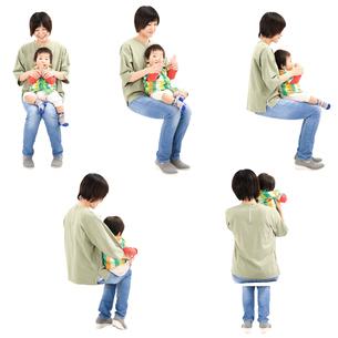 人物切り抜き添景素材 女性母親親子赤ちゃん乳児男の子 座る 白バックの写真素材 [FYI04295727]