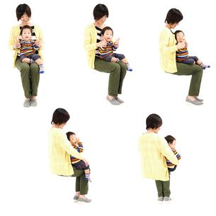 人物切り抜き添景素材 女性母親親子赤ちゃん乳児男の子 座る 白バックの写真素材 [FYI04295729]