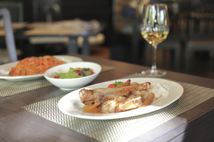 テーブルの上のスペアリブと白ワインの写真素材 [FYI04296021]