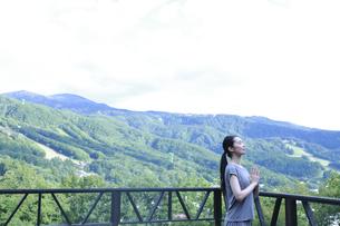 ヨガの祈りのポーズをする女性の写真素材 [FYI04296043]