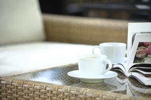 テーブルの上のコーヒーと本の写真素材 [FYI04296050]
