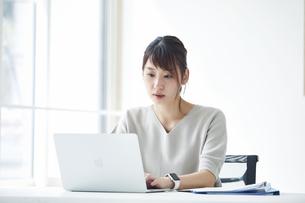 ノートパソコンで仕事をする女性の写真素材 [FYI04296180]