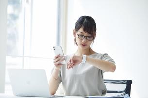 ノートパソコンで仕事をする女性の写真素材 [FYI04296186]