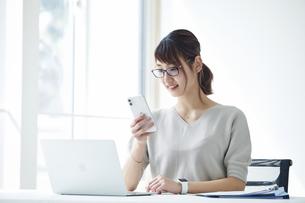 ノートパソコンで仕事をする女性の写真素材 [FYI04296187]