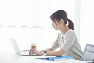 ノートパソコンで仕事をする女性の写真素材 [FYI04296190]