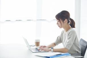 ノートパソコンで仕事をする女性の写真素材 [FYI04296195]
