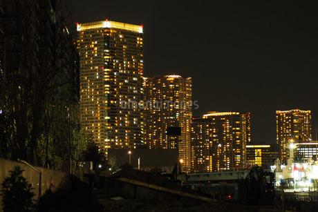 中央区 晴海のマンション群の夜景の写真素材 [FYI04296283]