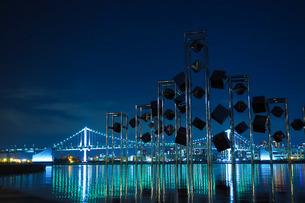 晴海埠頭のオブジェとレインボーブリッジの夜景の写真素材 [FYI04296286]