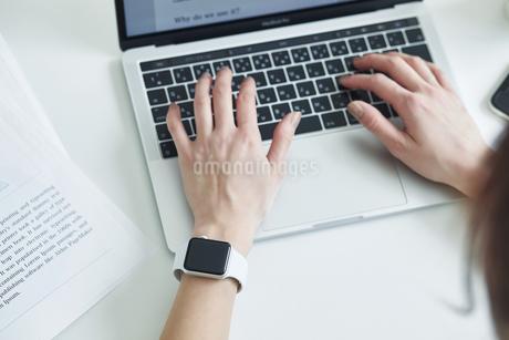 スマートウォッチをつけた女性の手元の写真素材 [FYI04296327]