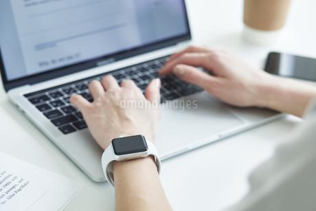 スマートウォッチをつけた女性の手元の写真素材 [FYI04296328]