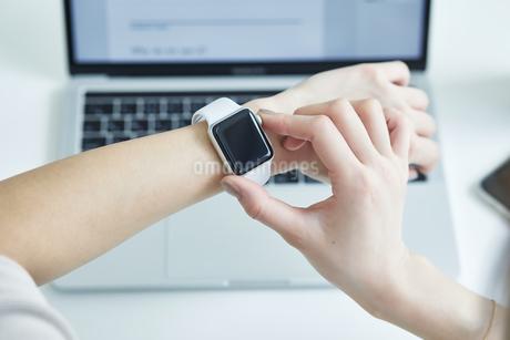 スマートウォッチをつけた女性の手元の写真素材 [FYI04296331]