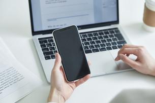 スマートフォンを持つ女性の手元の写真素材 [FYI04296332]