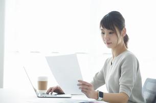 仕事をする女性の写真素材 [FYI04296334]