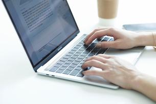 ノートパソコンの操作をする女性の手元の写真素材 [FYI04296341]