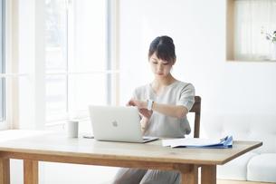 仕事をする女性の写真素材 [FYI04296351]