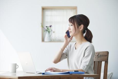 スマートフォンを持つ女性の写真素材 [FYI04296358]
