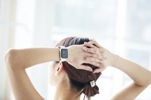 スマートウォッチをつけた女性の手元の写真素材 [FYI04296385]