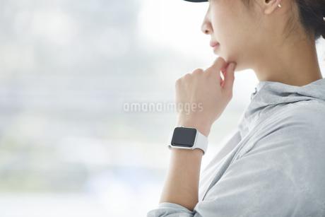スマートウォッチをつけた女性の手元の写真素材 [FYI04296402]
