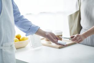 カフェでキャッシュレス決済をする女性の写真素材 [FYI04296403]