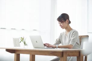 仕事をする女性の写真素材 [FYI04296417]