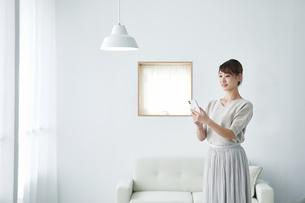 スマートフォンを使う女性の写真素材 [FYI04296418]