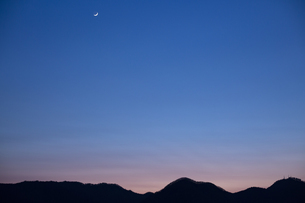 夕暮れの月の写真素材 [FYI04296928]
