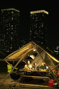 屋外ディナーをする笑顔の20代女性3人の写真素材 [FYI04297122]