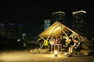 屋外でのディナーを楽しむ20代男女の写真素材 [FYI04297146]