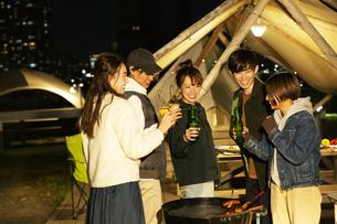 瓶ビールで乾杯をする20代男女の写真素材 [FYI04297152]