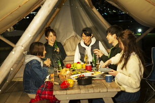 屋外でのディナーを楽しむ20代男女の写真素材 [FYI04297158]