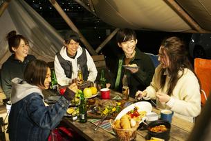 屋外でのディナーを楽しむ20代男女の写真素材 [FYI04297159]